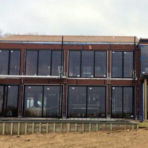 Budynek ze szklanymi oknami